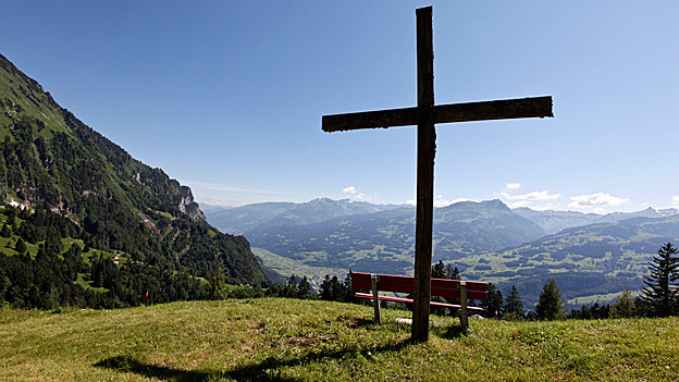 Gipfelkreuz auf Berg.