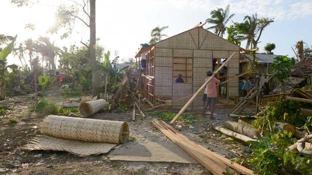 Einheimische helfen mit beim Wiederaufbau auf den Philippinen.