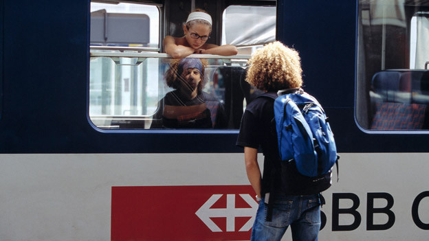 Junges Paar verabschiedet sich im Zug