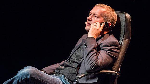 Simon Enzler telefonierend im Chefsessel