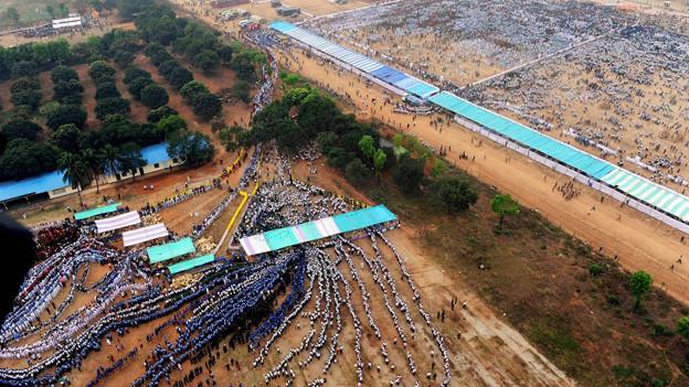 In Dhaka versammeln sich die Menschen um den Weltrekord zu brechen.
