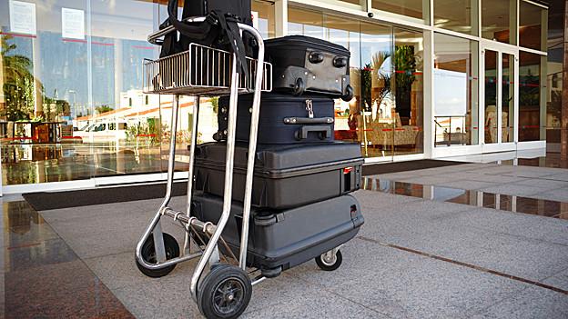 Gepackte Koffer am Flughafen.