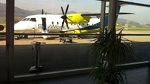 Flugzeug durch die Scheibe vom Gate aus.