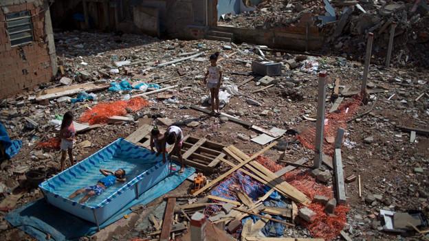 Kinder spielen im Slum.