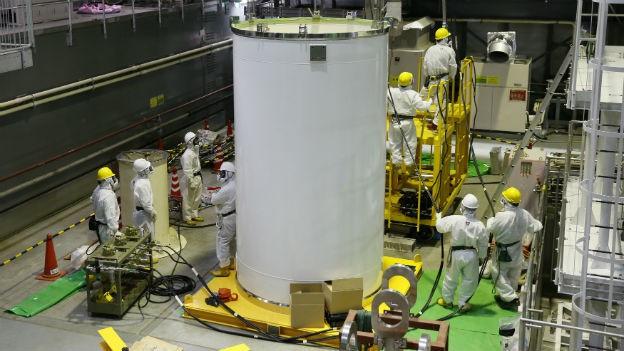 Arbeiter bergen die Brennstäbe im defekten AKW in Fukushima