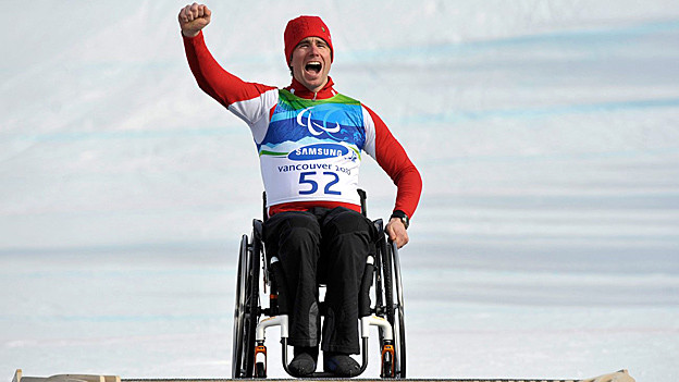 Goldmedaillen-Gewinner Christoph Kunz jubelt 2010 in Vancouver im Rollstuhl.