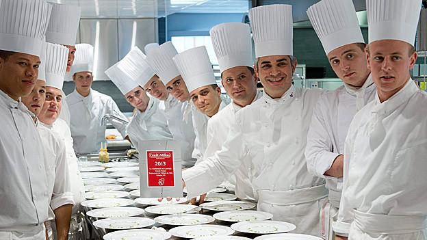 «Koch des Jahres 2013» Benoît Violier posiert mit seinem Team.