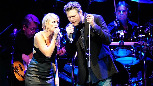 Miranda Lambert und Blake Shelton auf der Bühne.