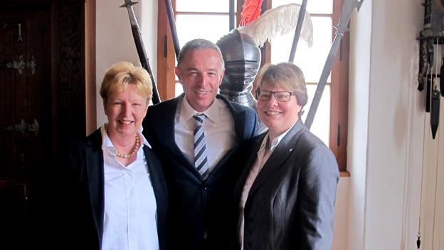«Persönlich»-Gastgeber Dani Fohrler posiert mit Marianne Wildi und Annemarie Wildeisen.