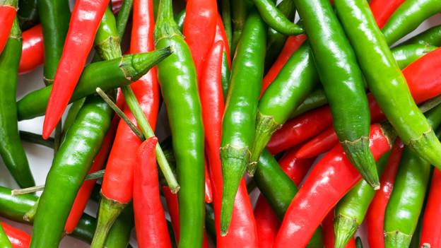 Grüne und rote Chilis