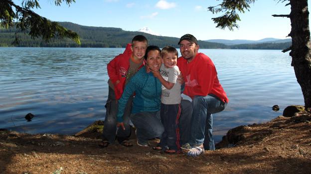 Urs Reist mit Frau und Kindern am Flussufer