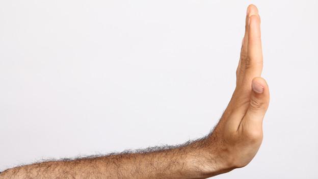 Eine Hand signalisiert Ablehnung.