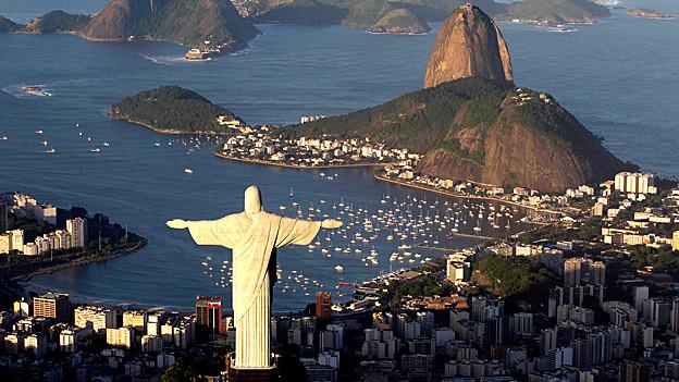 Blick von der Jesu Statue auf den Zuckerhut in Rio de Janeiro.