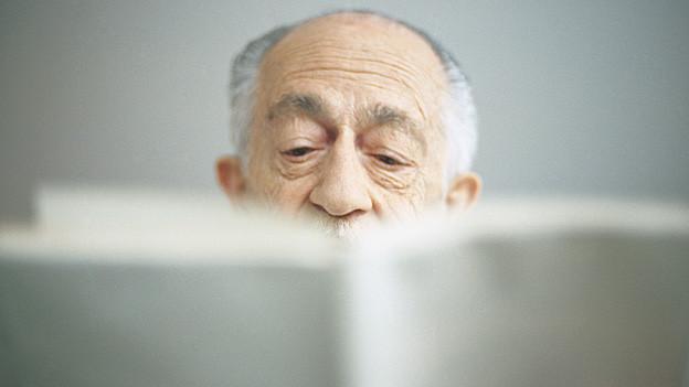 Mann liest.
