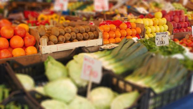Früchte und Gemüse im Laden.