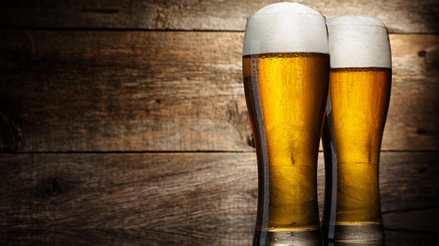 Zwei Biergläser mit Schaumkrone