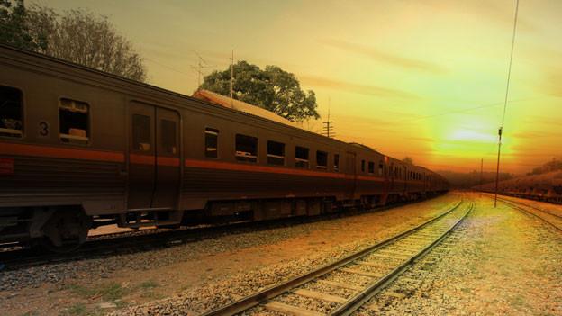 Zug in Sonnenuntergang fahrend