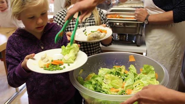 Kind bekommt Salat