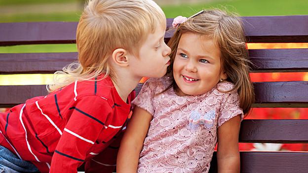 Kinder beim ersten Kuss.
