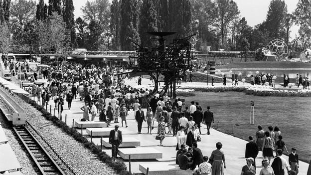 Besucher strömen an die Expo 64 in Lausanne.