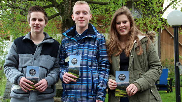 Drei Schüler aus Oberthal präsentieren ihren Wanderführer.