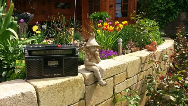 Radio im Garten.
