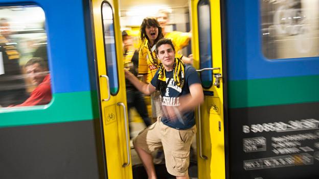 Fussballfans steigen aus Zug
