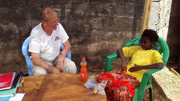 Alphonse Salamin im Gespräch mit einem Mädchen in Guinea