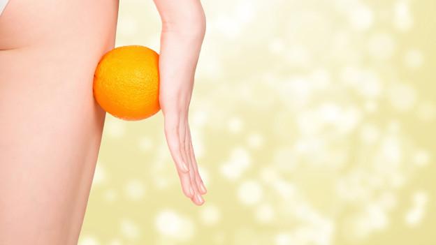 Orange neben Frauenbein