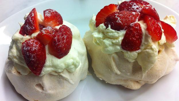 Pawlowa: Meringue mit Rahm und Erdbeeren.