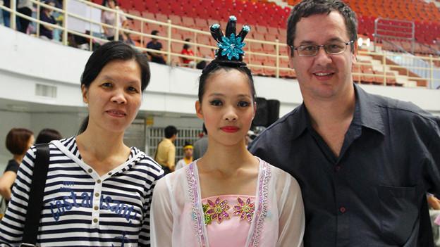 Daniel Ulrich posiert mit seiner Frau Lin Shu-yun und Tochter Jia-xin in einer Turnhalle.