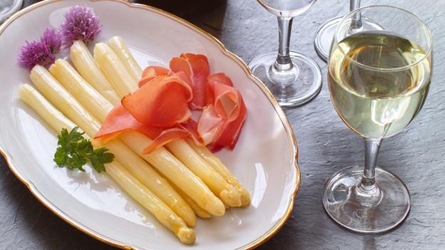 Spargeln und Weisswein