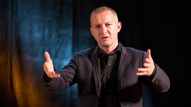 Simon Enzler an der Live-Zytlupe im Radiostudio Zürich