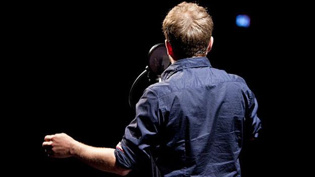 Gabriel Vetter kehrt uns den Rücken zu. Im Kleintheater Luzern 2011 im Live-PET.
