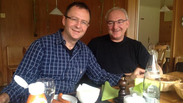 Erwin Schirmer und Walter Kägi sitzen am Tisch