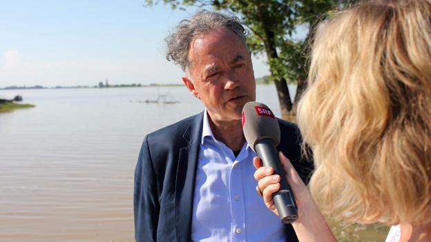 Joseph Reinhardt wird an der Donau von Ladina Spiess interviewt.