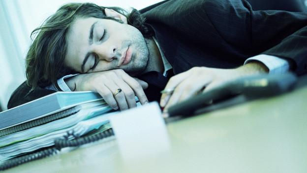 Schlafender Mann im Büro