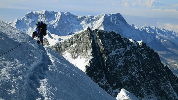 Ein Bergsteiger auf dem Weg zum Gipfel des Mount Everests.