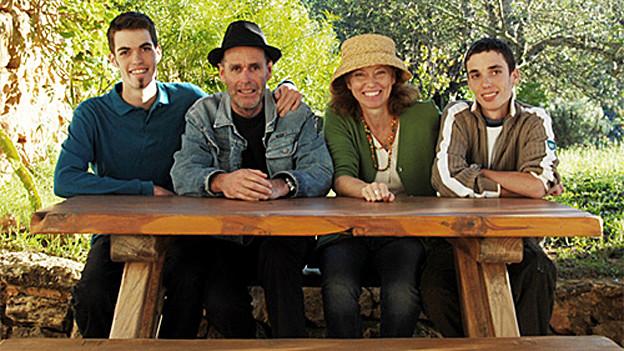 Familie Brantschen sitzt am Tisch.