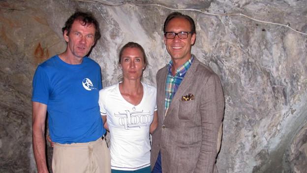 Daniel Burkhalter, Tanja Frieden und «Persönlich»-Gastgeber Christian Zeugin posieren vor einer Felswand.