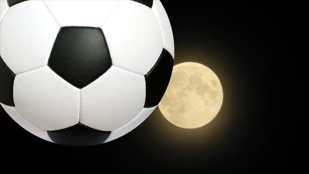 Bildkomposition: Vollmond und Fussball am Nachthimmel.