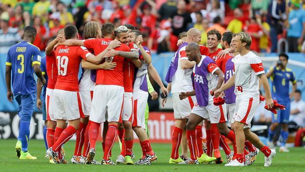 Die Schweizer Nationalspieler jubeln nach dem Sieg gegen Ecuador.