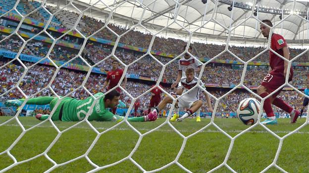 Thomas Müller schiesst ein Tor gegen Portugal.