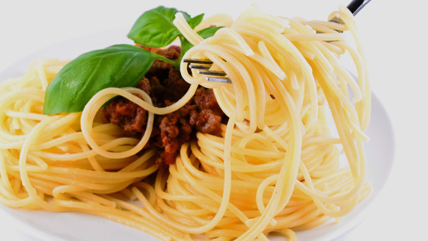 Nahaufnahme einer Gabel mit aufgerollten Spaghettis mit Bolognese-Sauce.