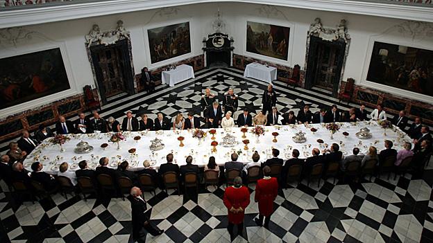 Lange Tafel beim Essen der dänischen Königin Margrethe II.