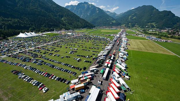 Foto von oben der Truckermeile am Interlakener Festival 2010.