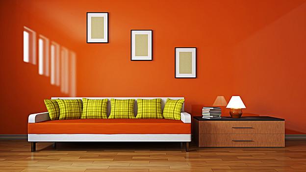 Sofa mit bunten Kissen.