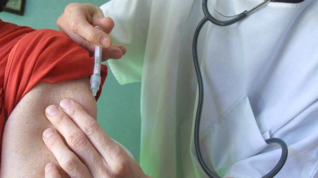 Arzt impft eine Person