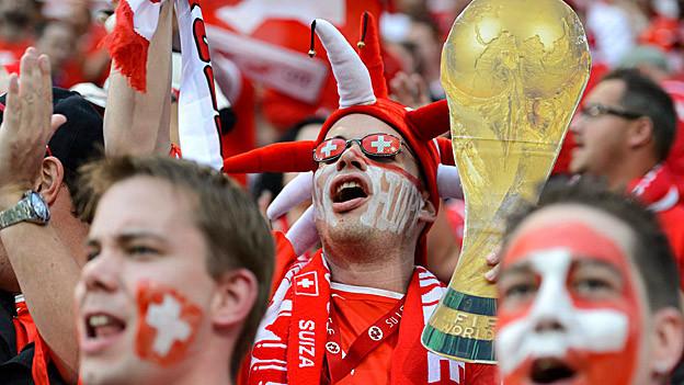 Geschminkte Fussballfans während der WM-Qualifikation.