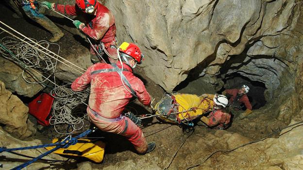 Höhlenretter bergen einen Verletzten.